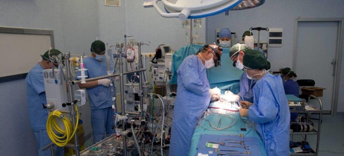 Premieră națională: Medicii de la Spitalul de Boli Cardiovasculare Angiomedica au făcut prima operație de bypass vascular pentru arterita Takayasu folosind un procedeu chirurgical original