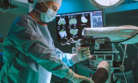 Robotul MAKO, destinat intervențiilor chirurgicale ortopedice de protezare, într-un spital privat din România
