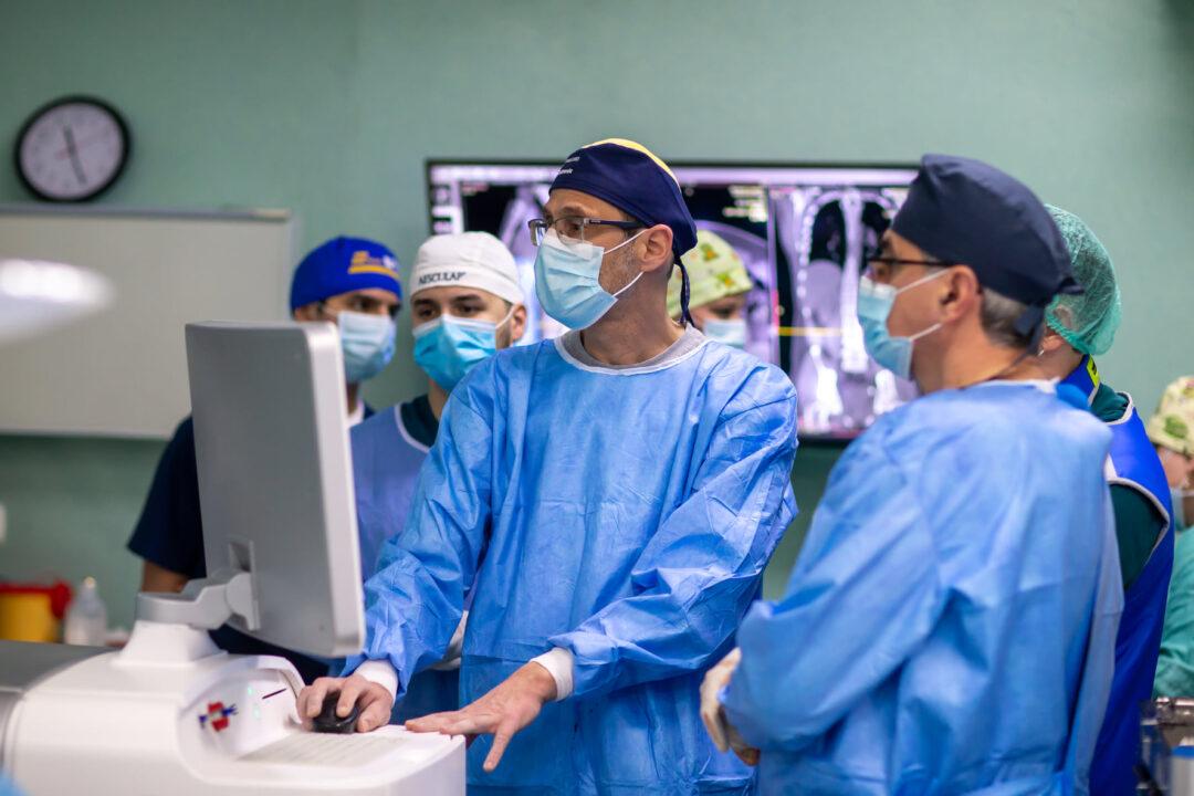 Iaşi: Un tânăr accidentat grav la coloană a reuşit să meargă a doua zi după o operaţie efectuată cu robotul Mazor X