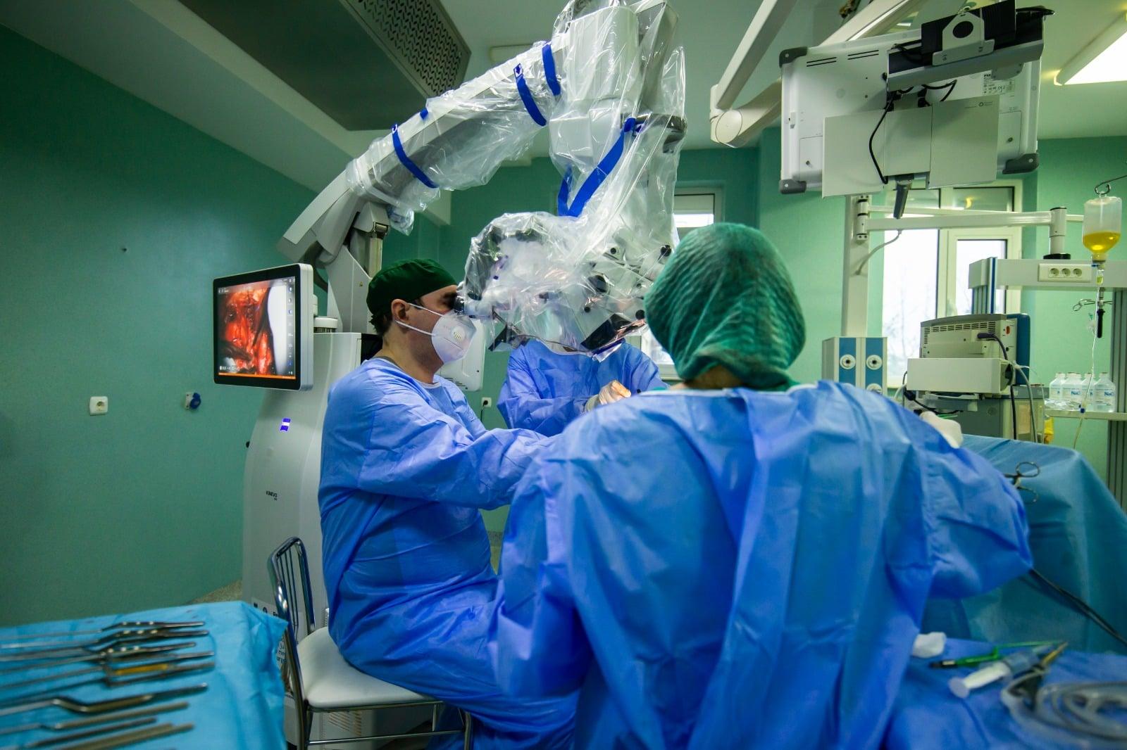 Iaşi: Tumoră extrem de rară, extirpată de medicii de la Spitalul de Neurochirurgie, la o pacientă de 12 ani
